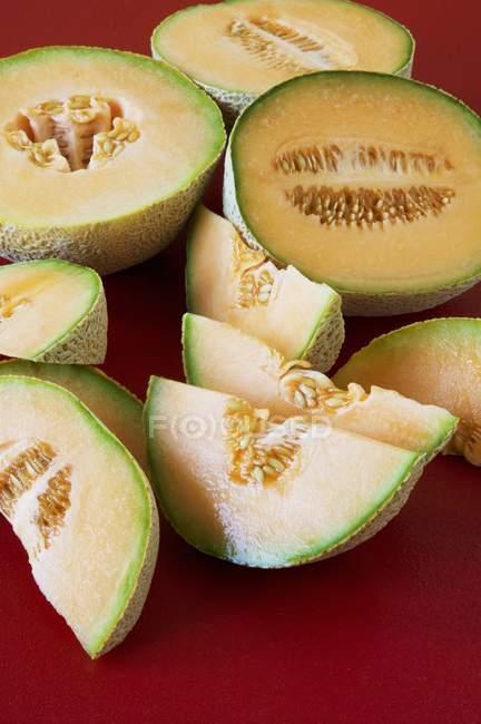 Cortados ao meio e em fatias de melão — Fotografia de Stock