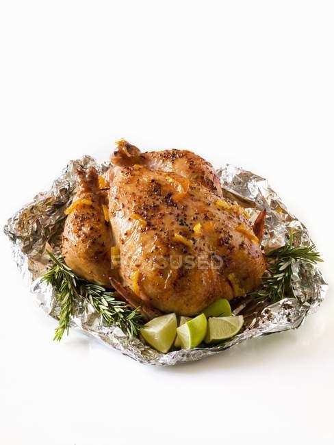 Pollo entero asado en papel de aluminio - foto de stock