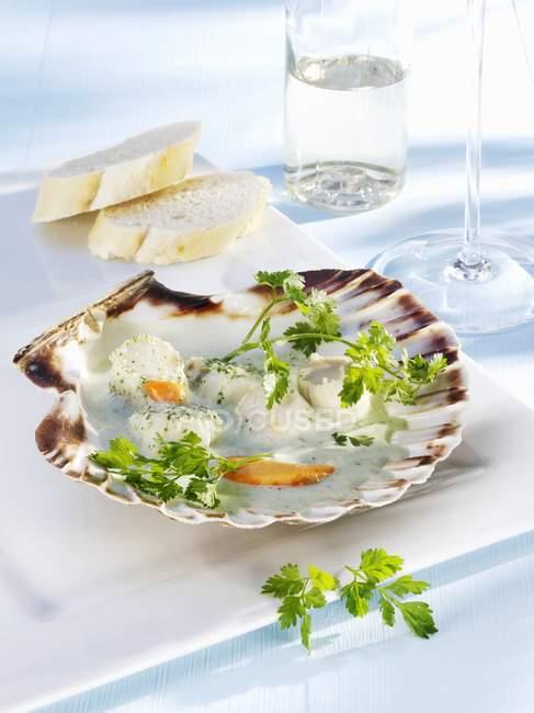 Capesante in salsa di cerfoglio e mascarpone — Foto stock