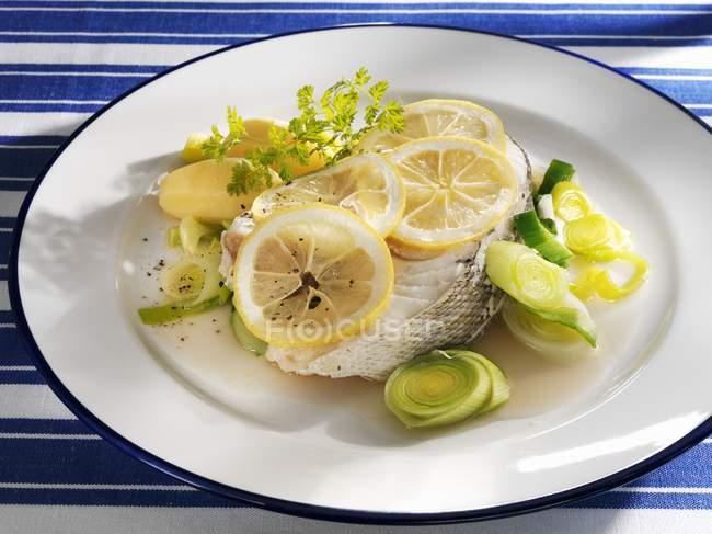Треска с лимоном и картофеля — стоковое фото