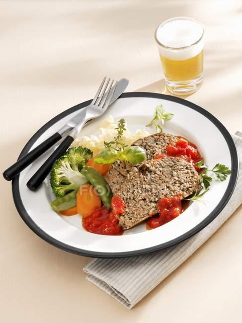 Pain de viande aux herbes avec sauce — Photo de stock
