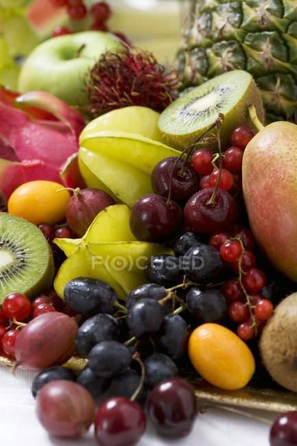 Екзотичні фрукти на тарілку — стокове фото