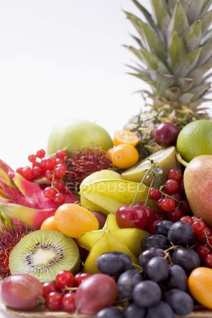 Натюрморт з тропічними фруктами — стокове фото
