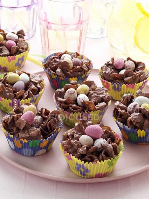 Ninhos de doces de Páscoa em forros de Cupcake — Fotografia de Stock