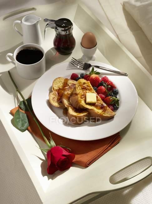 Сніданок лоток з тост — стокове фото
