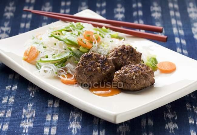 Котлеты с рисовой лапшой — стоковое фото