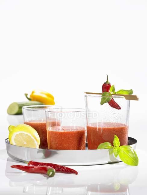 Bevanda di pomodoro e peperoncino su vassoio su sfondo bianco — Foto stock