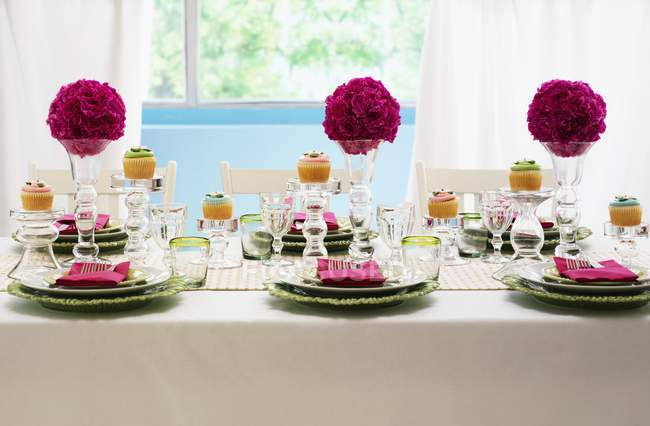 Празднично накрытый стол с шарами цветок — стоковое фото