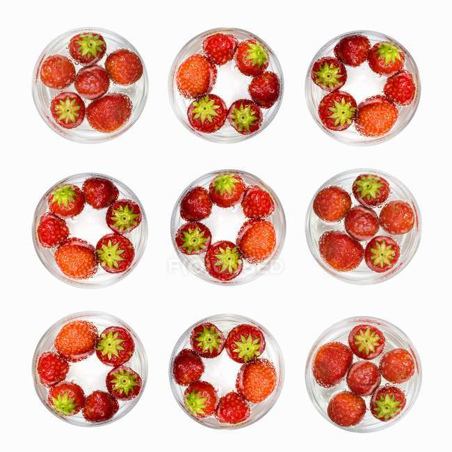 Glasses of water with strawberries — Stock Photo