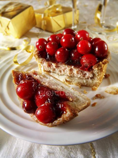 Sliced Christmas pie with berries — Stock Photo
