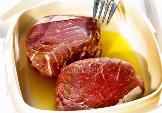 Bifes em marinada de manteiga — Fotografia de Stock
