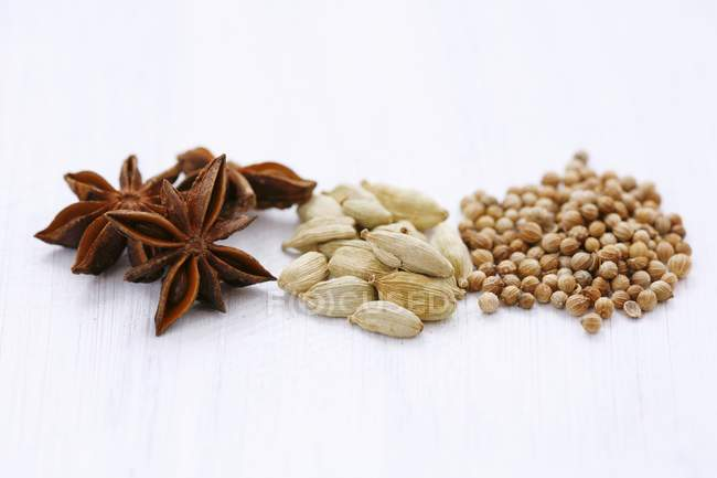 Зірки анісу і зерна коріандру — стокове фото