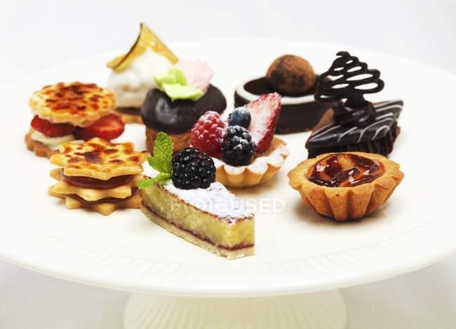 Мини-пирожные на торт пластины — стоковое фото