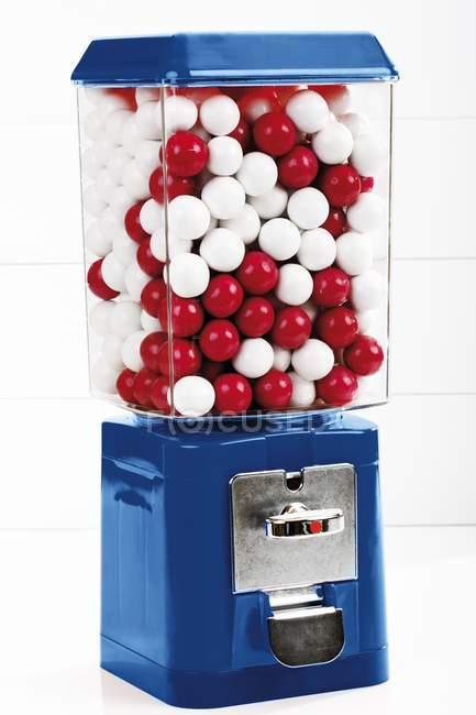 Vista de cerca de la máquina de gomitas con caramelos - foto de stock