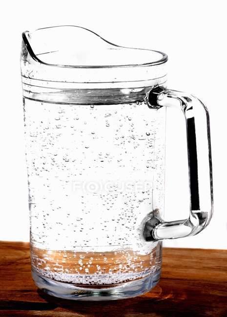Vista ravvicinata della brocca di vetro di acqua — Foto stock