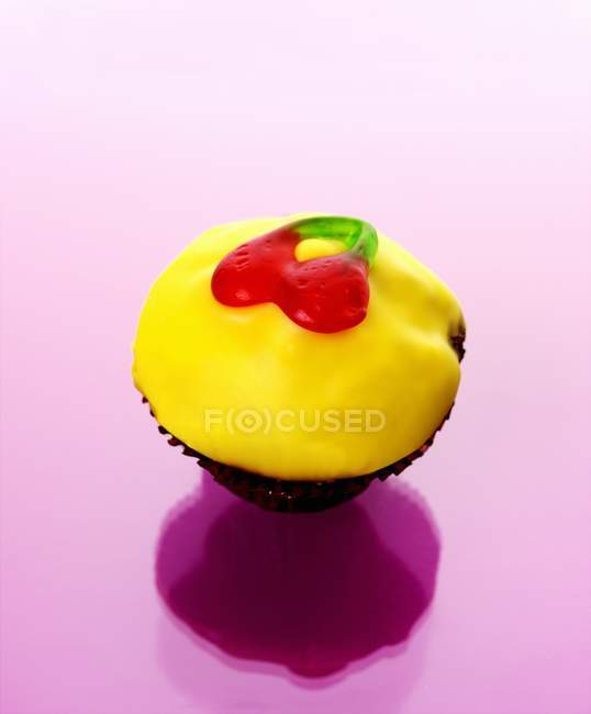 Muffin with yellow icing — Stock Photo