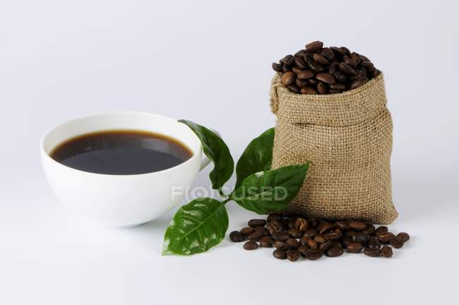 Tazza di caffè con piccolo sacco — Foto stock