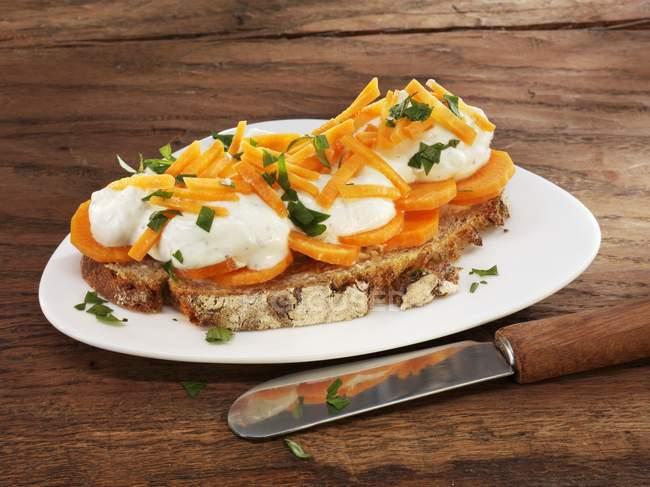 Quark und Karotten auf Brot — Stockfoto