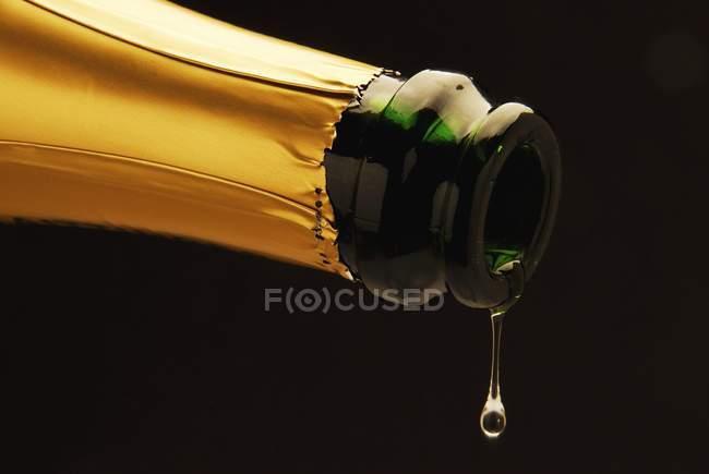 Vinho espumante a pingar da garrafa — Fotografia de Stock