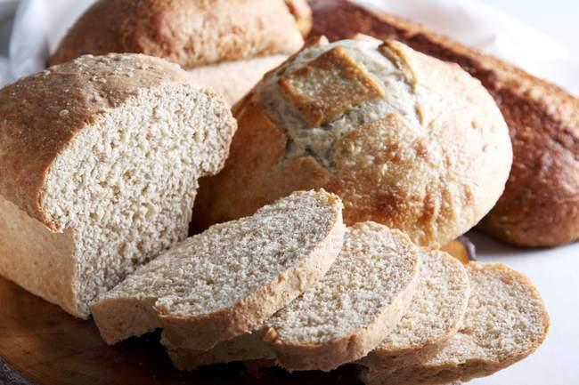 Hausgemachtes Brot in Scheiben — Stockfoto