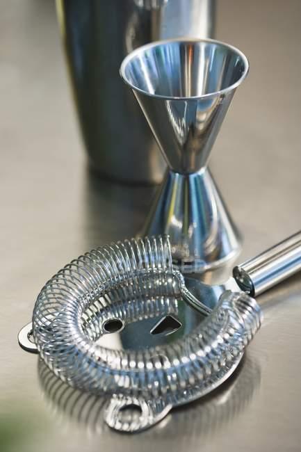 Vista close-up de ferramentas de barra na superfície do metal — Fotografia de Stock