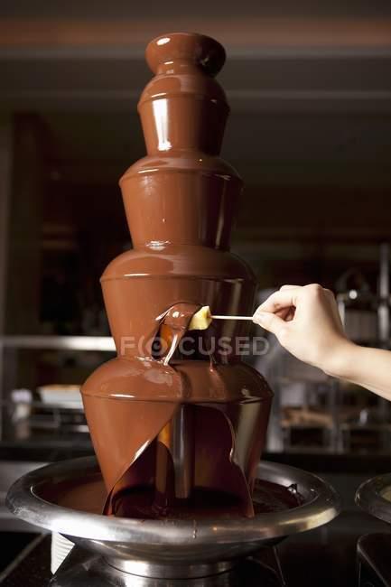Куповані зору людини торт в шоколадним соусом для Макану — стокове фото