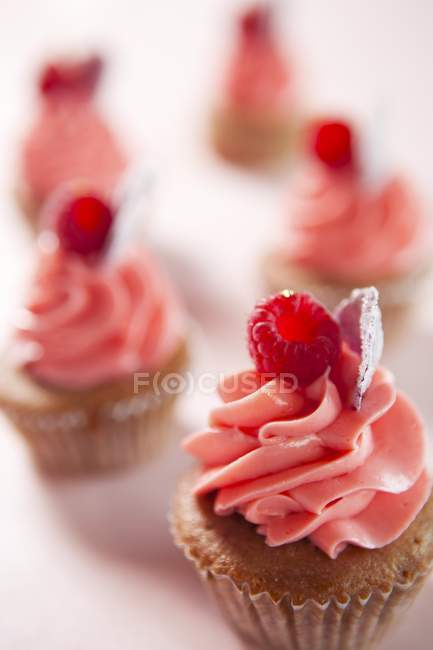 Closeup view of cup cakes with raspberries and cream — Stock Photo