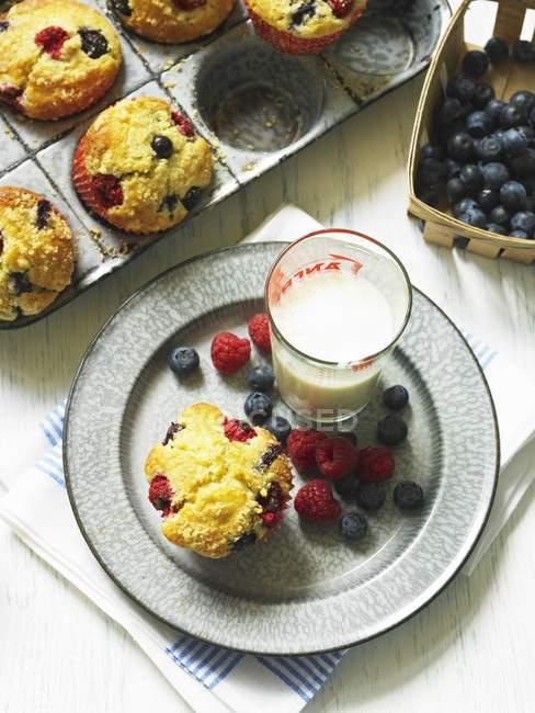 Berry muffin e vetro di latte — Foto stock