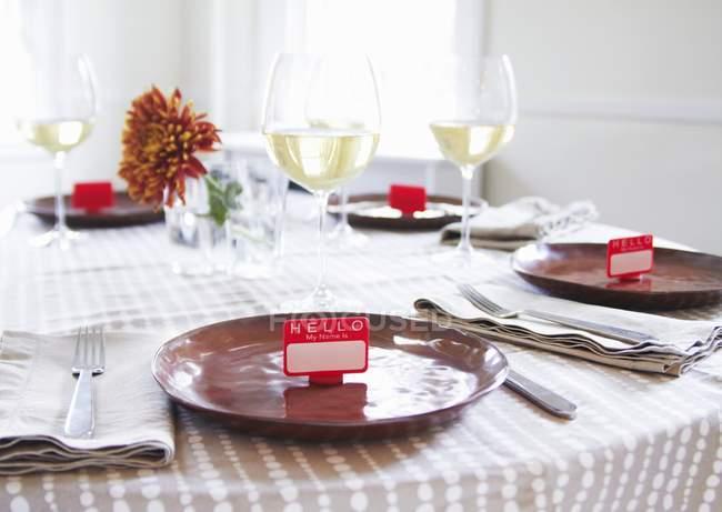 Mesa con etiquetas en lugar de vino blanco - foto de stock