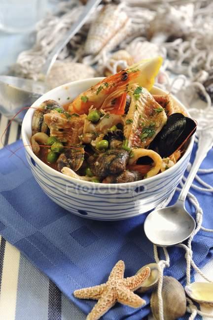 Vue de la langue italienne Cacciucco de poisson soupe aux petits pois, crevettes et coquillages — Photo de stock