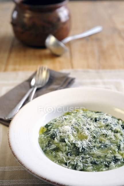 Різотто шпинатом і сиром Пармезан — стокове фото