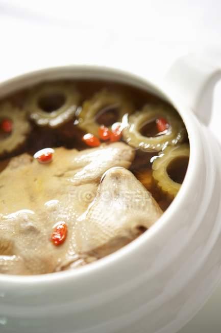 Крупным планом вид Утиный суп в белый блюдо — стоковое фото