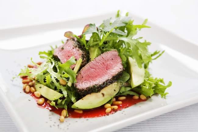 Листя змішані салат з яловичиною, — стокове фото