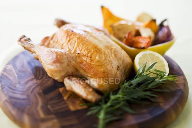 Pollo asado al limón con verduras - foto de stock