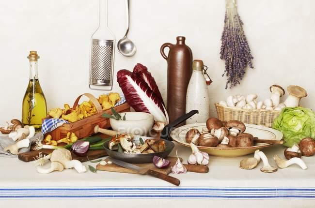 Bodegón hongo con lechuga, radicchio y aceite - foto de stock