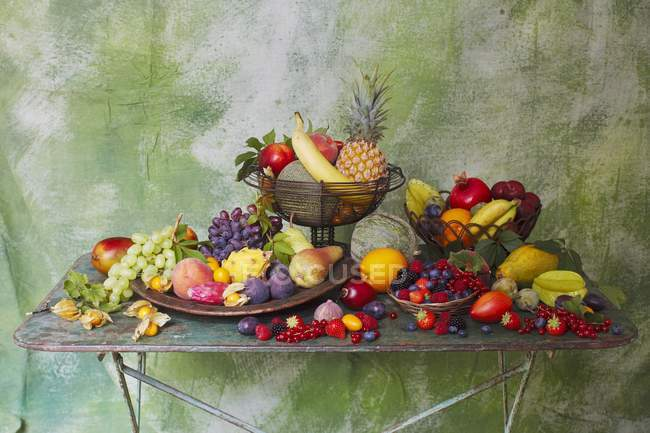 Closeup view of fruit still life on metal table — Stock Photo