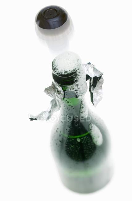 Cortiça voando para fora da garrafa — Fotografia de Stock
