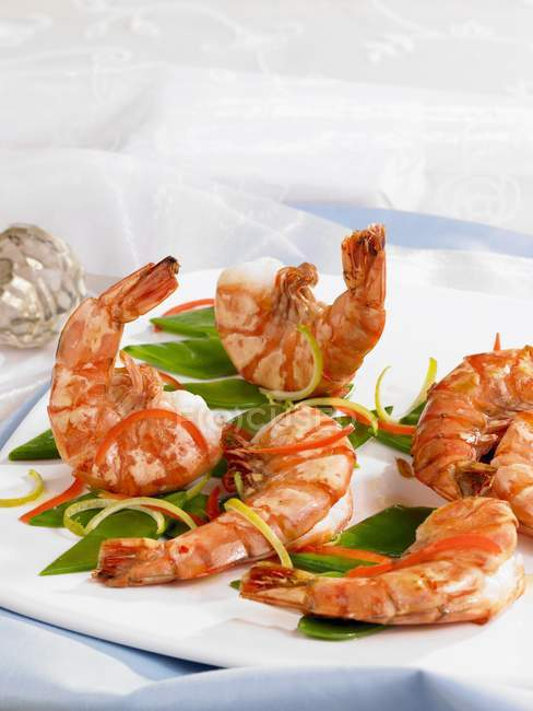 Prawns with julienne vegetables — Stock Photo