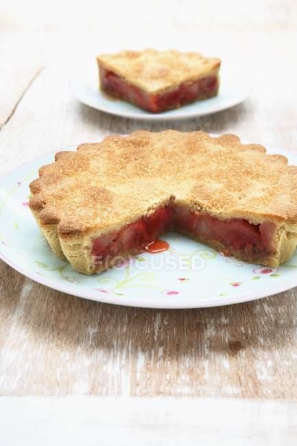 Частично съеденный ревеневый пирог — стоковое фото