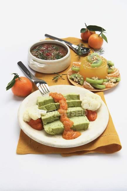 Крупным планом зрения различных вегетарианских блюд с фруктами — стоковое фото