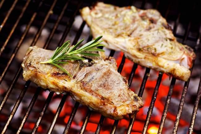 Barbecued ягненка котлеты с розмарином — стоковое фото