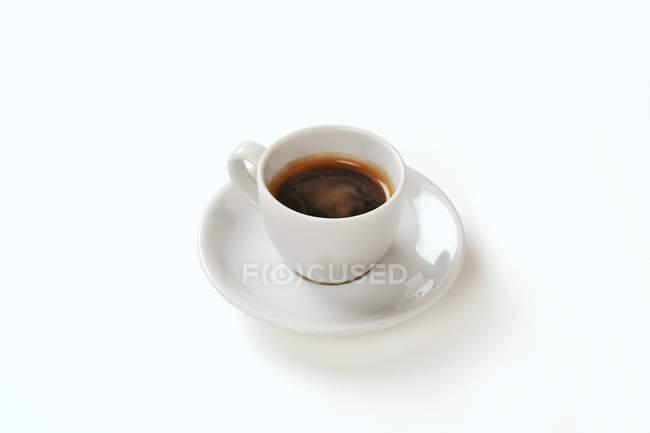 Espresso en taza y platillo - foto de stock