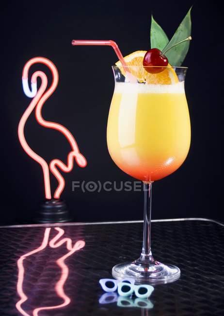 Vista da vicino del cocktail davanti alla luce del fenicottero al neon — Foto stock
