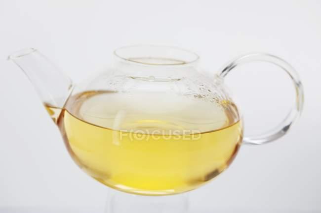 Thé dans la théière en verre avec condensation — Photo de stock