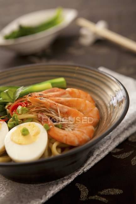 Nouilles de fruits de mer d'Asie du Sud-Est sur assiette — Photo de stock