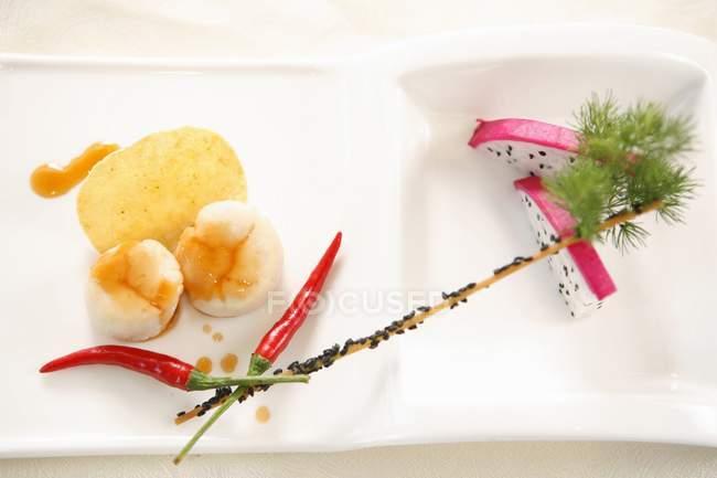 Крупним планом подання складом: креветки, як dragonfruit, перець чилі, чіп та кропу — стокове фото