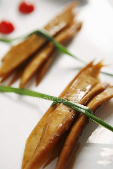 Вид крупным планом завязанных жареных полосок тофу — стоковое фото