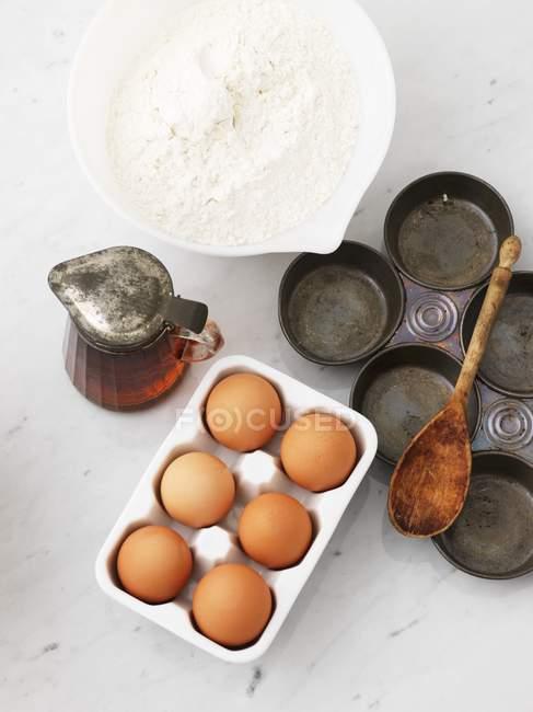 Harina con huevos y estaño para hornear - foto de stock