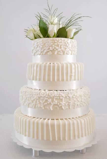 Свадебный торт с цветочным декором — стоковое фото