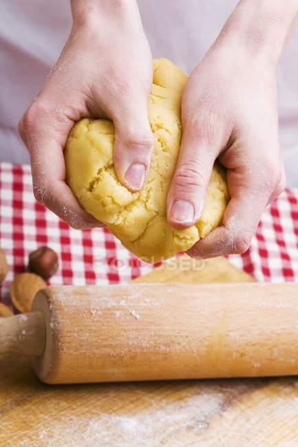 Closeup vista das mãos sovar massa de biscoito — Fotografia de Stock
